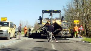 Die letzten Zentimeterder Sanierung der alten B 96 - hier wird gerade der Übergang zum Asphalt des Ortes geschaffen.
