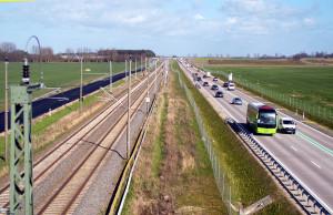 Das ist Multi-Logistik, Rechts die neue Straße, daneben die Eisenbahnschienen, links daneben die alte, neu asphaltierte Straße und fast unsichtbar daneben noch der Radweg. Die Hauptschlagader Rügens.