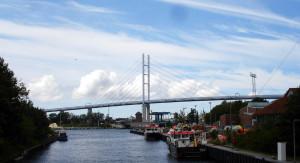 Ausblick vom künstlich angelegten Graben nach Norden mit Blick auf die Rügenbrücke