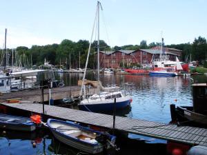 Der Graben, der den großen vom kleinen Dänholm trennt wird als Yachthafen genutzt und ist auch Heimat eines kleinen Fischereibetriebes. Hier gibt es früh am Morgen echten fangfrischen Fisch und dazu diese herrliche Aussicht.