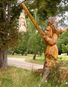 """Der """"Mann im Baum""""(von dem Künstler Raik Vicent) ist nur eine von vielen Sehenswürdigkeiten und direkt in einen abgebrochenen Baum ein-gearbeitet."""