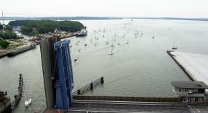 Der südliche Dänholm. Im Vordergrund die Zugbrücke des Rügendamms, die täglich mehrmals für den Schiffsverkehr geöffnet wird.
