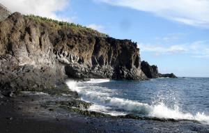 Schroffe Felsküsten prägen einen Großteil der Uferlandschaften auf La Palma