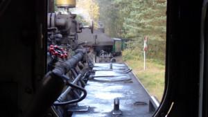 Blick aus dem Fenster der Lok auf den Zug