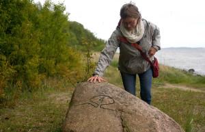 """Auf dem 4 km langen """"Pfad der Muse und Erkenntnis"""" können Sie eintauchen in den herrlichen Wald und auch am Wasser entlang viele schöne Ausblicke genießen. 19 - durch diese Steine markierte - Stationen erwarten Sie. Informationen erhalten Sie in Broschüren oder bei einer Führung"""