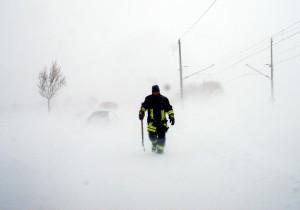 # 03095 Ein Feuerwehrmann kommt zu mir und gibt weitere Instruktionen. Hier darf niemand mehr alleine was machen... Foto: Marius Jaster